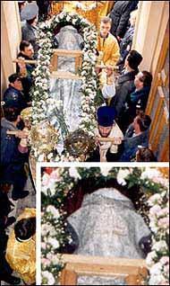 На фото: Святитель Лука сквозь мантию чудесным образом явил свой лик (см. фрагмент снимка) во время перенесения обретенных мощей в храм